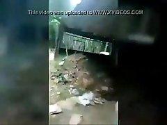 Bichinha Chupando o pau do novinho na casa abandonada